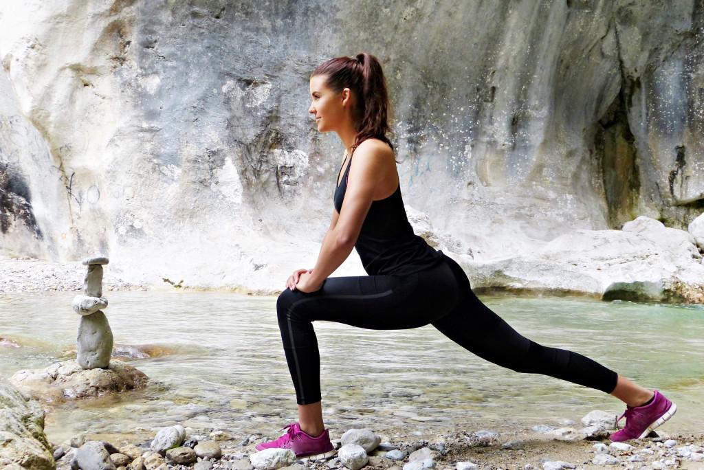 Junge Fraus macht Stretching in einer Höhle