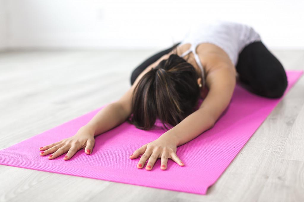 Junge Frau macht Entspannungs- und Achtsamkeitsübungen